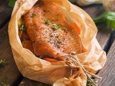 saumon, beurre, oignon, échalote, carotte, feuille de laurier, thé, poivre, Sel, graine de fenouil, eau, vin blanc sec, persil, citron...