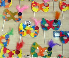 Carnival masks with children - Activities for children, easy crafts and creative games , Carnival Crafts, Carnival Decorations, Carnival Themes, Kids Crafts, Easy Crafts, Arts And Crafts, Theme Carnaval, Butterfly Crafts, Camping Crafts