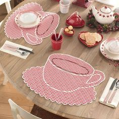 I love this picture with red gingham accents. adore these placemats Quilt Patterns, Sewing Patterns, Sewing Crafts, Sewing Projects, Fabric Crafts, Place Mats Quilted, Table Runner And Placemats, Burlap Table Runners, Mug Rugs