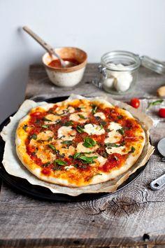 Pizza Margherita maison presque comme au Roberta's - Emilie Murmure - The Best Healthy Comfort Recipes Healthy Cooking, Healthy Dinner Recipes, Vegetarian Recipes, Neapolitanische Pizza, Pizza Recipes, Cooking Recipes, Tomate Mozzarella, Fresco, Italian Recipes