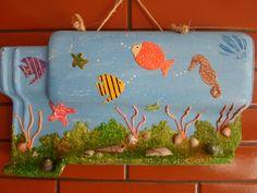 Telha decorativa fundo do mar. <br>A peça tem aplicação de textura e conchas.