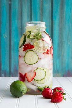 Fraise, concombre, citron vert et menthe / - 175g de fraises coupées en tranche - 175g de concombre coupé en tranche - 2 citrons verts coupés en tranche - feuilles de menthe - eau plate ou gazeuse - des glaçons Dans un pichet, mélangez fraises, concombres et tranches de citron vert. Rajoutez les glaçons. Découpez les feuilles de menthe que vous rajouterez à la boisson. Remplissez le reste du pichet avec de l'eau (plate ou gazeuse). Laissez refroidir dix bonnes minutes,