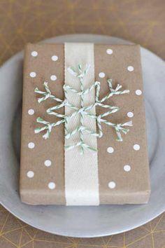 envolver regalos de navidad con detalles de nieve