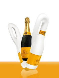 The first biodegradable isothermal packaging ever created for a Champagne! Maison Veuve Clicquot has gone green with Naturally Clicquot, the first ever biodegradable isothermal bottle packaging. Cristal Champagne, Best Champagne, Biodegradable Packaging, Biodegradable Products, Veuve Cliquot, Clicquot, Grolet, Packaging Solutions, Bottle Packaging