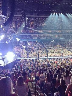 #1989TourCharlotte The crowd was all like: