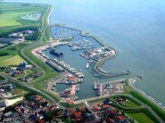 De haven van Oudeschild met het dorp op de voorgrond en Waddenhaven Texel bovenin.