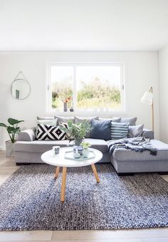 Kos og komfort i sofakroken Modern Furniture, Outdoor Furniture Sets, Interior Styling, Interior Design, Scandinavian Living, Small Spaces, Home And Family, Ikea, New Homes