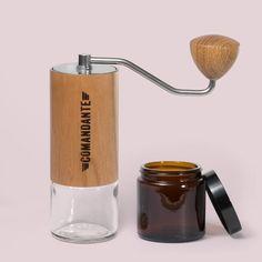 Wenn eine #Kaffeemühle unter den #Handmühlen hervorsticht, dann ist es die Comandante C40 MK3 Nitro Blade.  - hochwertig - präzise - perfektes Mahlergebnis - Made in Germany - ideal auch für Unterwegs. Du findest sie bei uns im #11iE_shop.