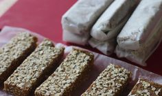 This delicious energy bars have just two ingredients and they are perfect for school lunch boxes. No baking, no buying, no nuts, just sweet and healthy! Healthy Snacks, Healthy Sugar, Yummy Snacks, Healthy Recipes, Happy Healthy, Healthy Kids, Healthy Desserts, Delicious Recipes, Healthy Living