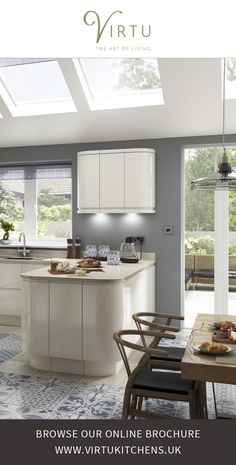 Create a streamlined kitchen using NEO Ivory Gloss doors with Integrated Handles. Light reflecting high gloss curves create a spacious feel. Home Decor Kitchen, Kitchen Living, Kitchen Interior, New Kitchen, Kitchen Ideas, Contemporary Kitchen Furniture, Contemporary Decor, High Gloss Kitchen, Cream Gloss Kitchen Decor
