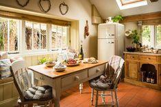 "Shabby and Charme: Stile ""Rustic Chic"" per un fantastico cottage in Cornovaglia Cute Kitchen, Kitchen Items, Cabana, Cornwall Cottages, Self Catering Cottages, Shabby, Rustic Chic, Kitchen Interior, Like4like"