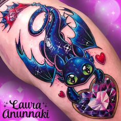 ✨Sparkly Toothless ✨ as the first tattoo of the sweet Helene☺️, it was ✨Sparkly Toothless ✨ as the first tattoo of the sweet Helene☺️, it was 35 cm + in one session! , from the hip to the knee. Thank you so much at: DONE WITH: Fusion Ink Body Art Tattoos, New Tattoos, Sleeve Tattoos, Tatoos, Pastell Tattoo, Dragons Dreamworks, Toothless Tattoo, Tattoos Lindas, Laura Anunnaki