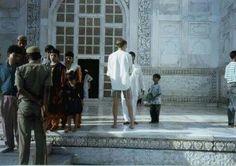 Kenneth tager en snak med andre turister ved Taj Mahal #1994 #indien #rejseminder #backpackerplanet