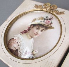 Vintage-DOUBLE-FRAME-Shabby-Wood-w-GILT-Trim-BOWS-Lady-Portraits-DOMED-Glass