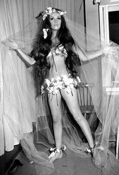 La mariée du défilé printemps-été 1968 de la maison Yves Saint Laurent http://www.vogue.fr/mariage/inspirations/diaporama/robes-de-marie-vintage-vues-sur-pinterest-dior-ysl-balenciaga-pierre-cardin-birkin-bardot/22344#la-marie-du-dfil-printemps-t-1968-de-la-maison-yves-saint-laurent