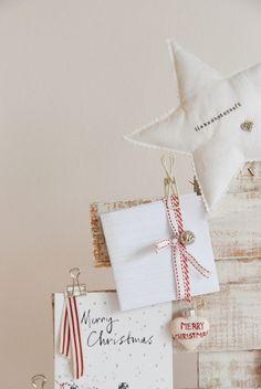 Weihnachtskartenhalter in Form eines Tannenbaums aus lackiertem Holz