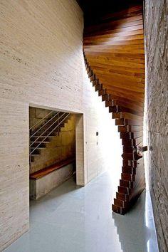 Porta pivotante de madeira em um projeto ousado. Fotografia: http://www.decorfacil.com/portas-pivotantes/
