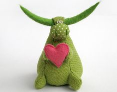 green bull holding a heart How To Make Toys, Crafts To Make, Cute Stuffed Animals, Dinosaur Stuffed Animal, Felt Crafts, Fabric Crafts, Fabric Animals, Fabric Toys, Bird Sculpture