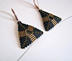 Boucles d'oreilles miyuki triangles noir et bronze : Boucles d'oreille par beads-and-coffee