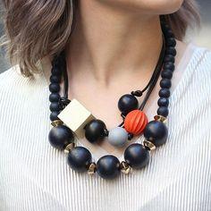 Mulheres autênticas não tem medo de ousar! Estamos apaixonadas por esse colar cheio de personalidade e estilo. Use com t-shirt ou camisa básica ❤️  .  .  .  .  .  #espacond #inspiracao #bijoux #fashion #lookdodia #luxo #instalook #instafashion #glamour #glam #estilo #style #acessorios #trend #tendencia #lovedesign #create #bijuterias #atelier #handmade #moda #semijoias #colar #necklace Gemstone Necklace, Beaded Necklace, Necklaces, Precious Metal Clay, Glamour, Statement Jewelry, Diy And Crafts, Gemstones, Photo And Video