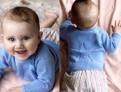 Se strikkeopskriften her. Knitting For Kids, Baby Knitting Patterns, Knapper, Baby Cardigan, Alter, Diy For Kids, Little Ones, Knit Crochet, Barn