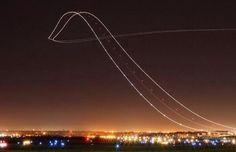 Genial el resultado de hacer una foto con un largo tiempo de exposición de un avión despegando (Kris Kloq, 2014)