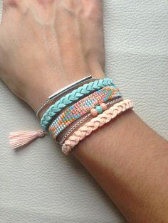 Jolie manchette pastel pour habiller votre poignet :) Longueur ajustable grâce à la chaînette d'extension Tissage en perles japonaises miyuki réalisé à la main dans les - 11426891