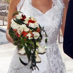 Bea, guapísima, lució el ramo de novia Lilly, con caída asimétrica y compuesto por calas de la variedad kristal blush, rosas akito, hipéricum naranja y rosa spray también naranja.