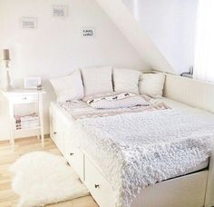 inspiration chambre Bett Source by Cute Bedroom Ideas, Room Ideas Bedroom, Small Room Bedroom, Dream Bedroom, Home Bedroom, Bedroom Decor, Bedrooms, Light Bedroom, Ikea Daybed