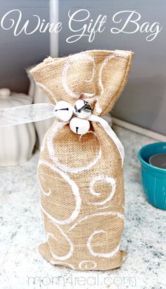 Make a Burlap Wine Gift Bag **content for ** Burlap Projects, Burlap Crafts, Craft Projects, Diy Crafts, Holiday Crafts, Christmas Crafts, Wine Mom, Burlap Bags, Hessian