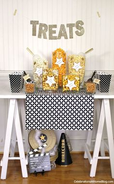 We love this popcorn bar for an Oscar-viewing party. A great set-up for any Hollywood-themed or awards-show viewing party. Popcorn Bar, Flavored Popcorn, Oscar Party, Movie Party, Party Time, Prom Party, Soirée Des Oscars, Red Carpet Party, Hollywood Theme