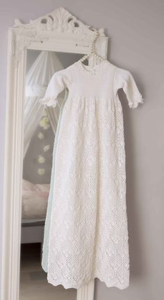 Free pattern Dåpskjole - Christening Gown by Turid Stapnes Lervik Baptism Gown, Christening Outfit, Christening Gowns, Baby Blessing Dress, Baby Dress, Gown Pattern, Dress Patterns, Baby Sweaters, Crochet Clothes