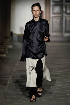 Jil Sander Spring 2020 Ready-to-Wear Fashion Show Collection: See the complete Jil Sander Spring 2020 Ready-to-Wear collection. Look 25 Catwalk Fashion, Fashion 2020, Women's Fashion, All Black Fashion, Autumn Fashion, Jil Sander, Vogue Paris, Edgy Outfits, Fashion Show Collection