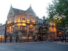 Philharmonic Pub at night Liverpool Town, University Of Liverpool, Liverpool History, Palais De Buckingham, Le Palais, Destinations, Les Beatles, Best Pubs, British Pub