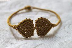 【原创】心连心手链 | 中国结艺网 Macrame Tutorial, Bracelet Tutorial, Jewelry Knots, Macrame Design, Micro Macrame, Macrame Bracelets, Photo Tutorial, Friendship Bracelets, Straw Bag