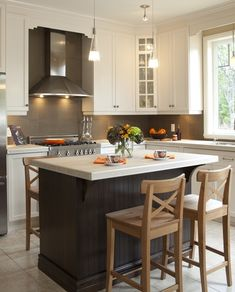 armoires de cuisine de style classique avec un touche contemporaine nous retouvons dans cette cuisine