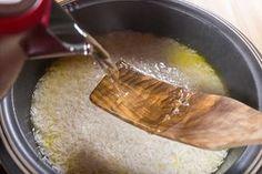 Приготовить идеальный рис — для многих недостижимая мечта. Неудачные попытки выливаются в пузыристую жижу, недоваренные жесткие зерна или странную смесь того и другого. Вы следуете инструкции на упаковке,...