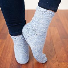 We've added a new design to our collection of free sock knitting patterns - the Go Your Own Way socks! And you choose whether to go top down or toe up.