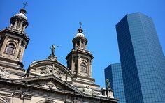 Detalhe da histórica Catedral de Santiago ao lado de um predio moderno.