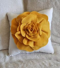 TUTORIAL - Flower Pillow (w/link to tutorial) This is her rendition.