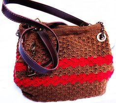 Compre esta linda bolsa de crochê confeccionada artesanalmente com linha Bella da Pingouin, algodão 100% mercerizado.Forrada com tecido de algodão. Costura reforçada. Alça em Korino e corrente envelhecida. ACOMPANHA ORGANIZADOR DE BOLSA. DESIGNER GLADYS CARNEIRO. PEÇA EXCLUSIVA SÓCROCHÊ!  Tratando-se de uma peça artesanal feita sob encomenda, a confecção será agendada de acordo com a nossa programação de produção, após a confirmação do pagamento.  Recomendações de manuseio e conservação do…