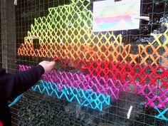 Après les peintures et les collages sur les murs, le street art prend un nouvel essor en s'inspirant de la broderie ! De nombreux artistes ont décidé de décorer les rues de vos villes avec du tissu pour représenter des formes grâce à la fameuse tech...
