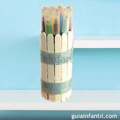 Portalápices con palos de helado. Manualidades de reciclaje