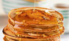 Panqueca de banana Ingredientes  1 1/2 xícara (chá) de leite 3 unidades de ovo 2 xícaras (chá) de farinha de trigo 2 colheres (sopa) de açúcar mascavo 1 colher (sobremesa) de fermento químico em pó 1 pitada de canela em pó 2 unidades de banana madura amassada 2 colheres (sopa) de margarina derretida amêndoa em lascas a gosto mel de abelha a gosto, para regar
