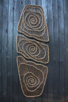 """bouclier / mandala"" Plus Weaving Projects, Weaving Art, Textile Fiber Art, Textile Artists, Willow Weaving, Basket Weaving, Wal Art, Deco Nature, Macrame Art"