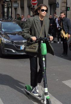 Photos : Kaia Gerber – Riding around the streets on a scooter in Paris , informations and more on Celebrity. Fall Winter Outfits, Autumn Winter Fashion, Kaia Gerber, Models Off Duty, Daily Look, Fashion Outfits, Womens Fashion, Street Style Women, Celebrity Style