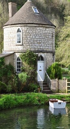 The Chalford Round House ~ Glouchester, England. The Chalford Roundhouse is one of five similar houses along the Thames and Severn Canal in Gloucestershire, England. They were built in the to house the families of canal workers. Beautiful Buildings, Beautiful Homes, Beautiful Places, Beautiful Pictures, Unusual Homes, Cabins And Cottages, Stone Cottages, Stone Houses, Abandoned Houses