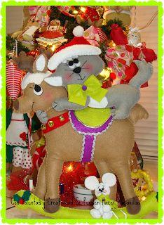 navidad con patrones: Renos Navideños Diy Christmas Door Decorations, Christmas Window Display, Christmas Humor, Christmas Holidays, Rena, Holly Wreath, Sewing Dolls, Felt Crafts, Bowser