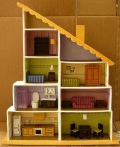 casita de muñecas con muebles de papel mache