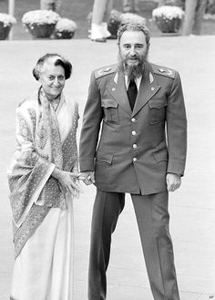 Indira Gandhi with Fidel Castro - Rhea Khan Rare Pictures, Historical Pictures, Rare Photos, Indira Gandhi, History Of India, World History, Cuba, Photo Star, Vintage India